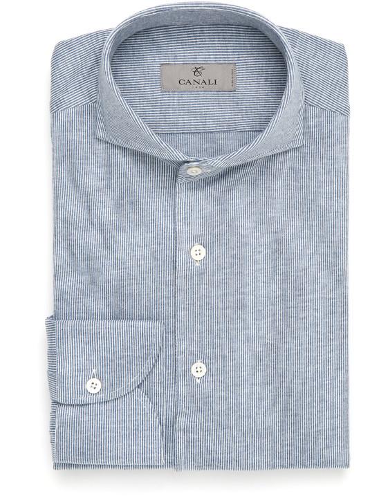 Il fascino di un uomo in camicia