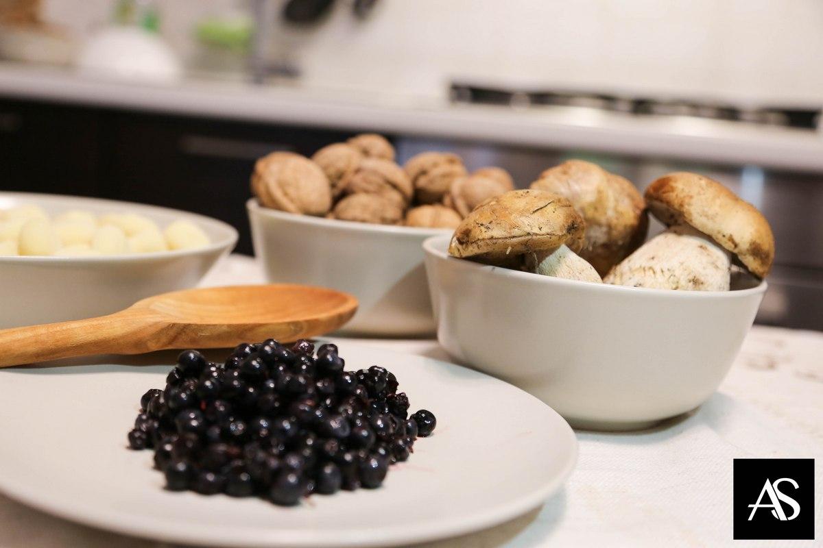 Gnocchi di patate con funghi porcini, noci e mirtilli
